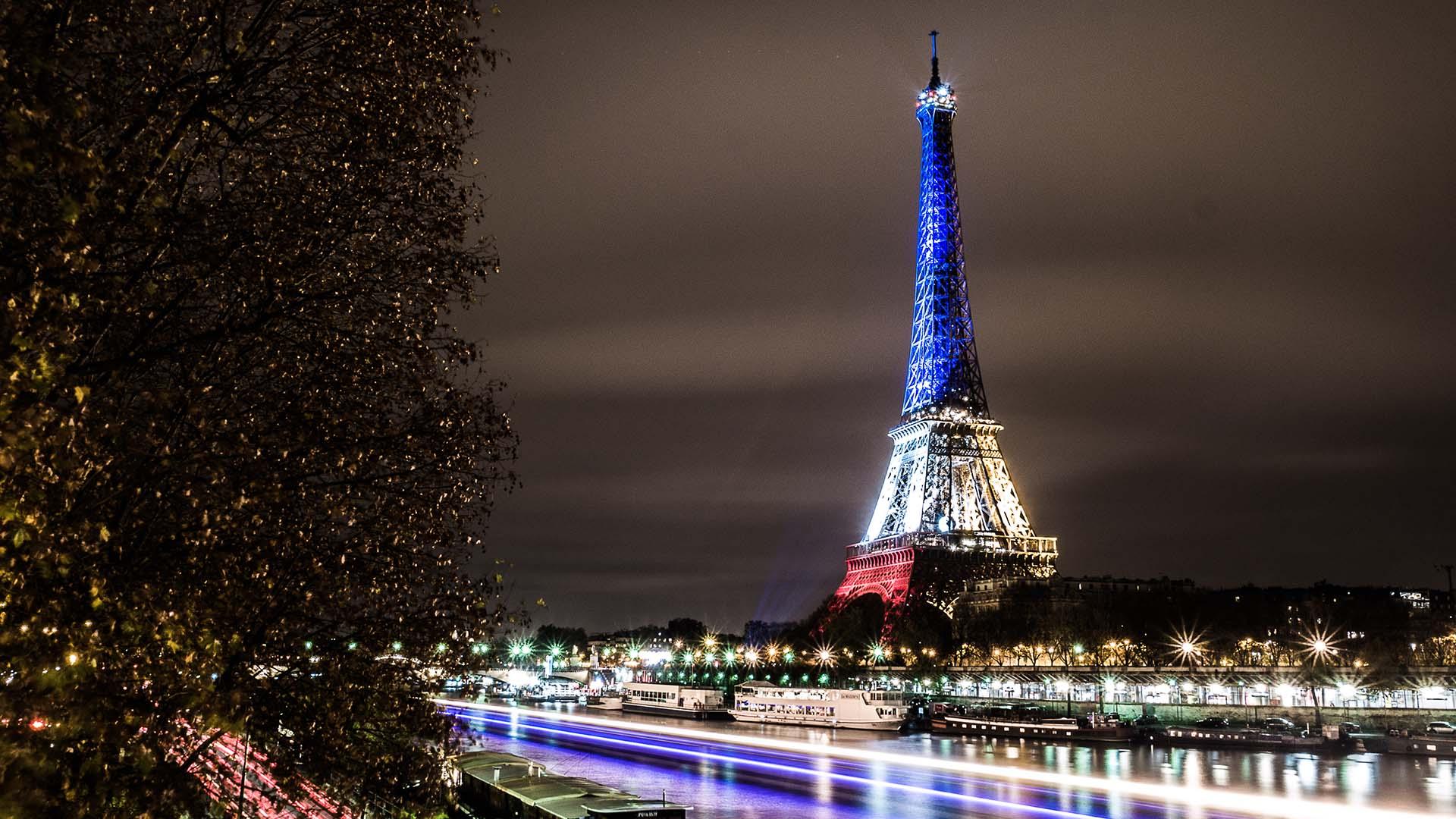 La tour Eiffel illuminée en bleu blanc rouge – Fluctuat nec Mer